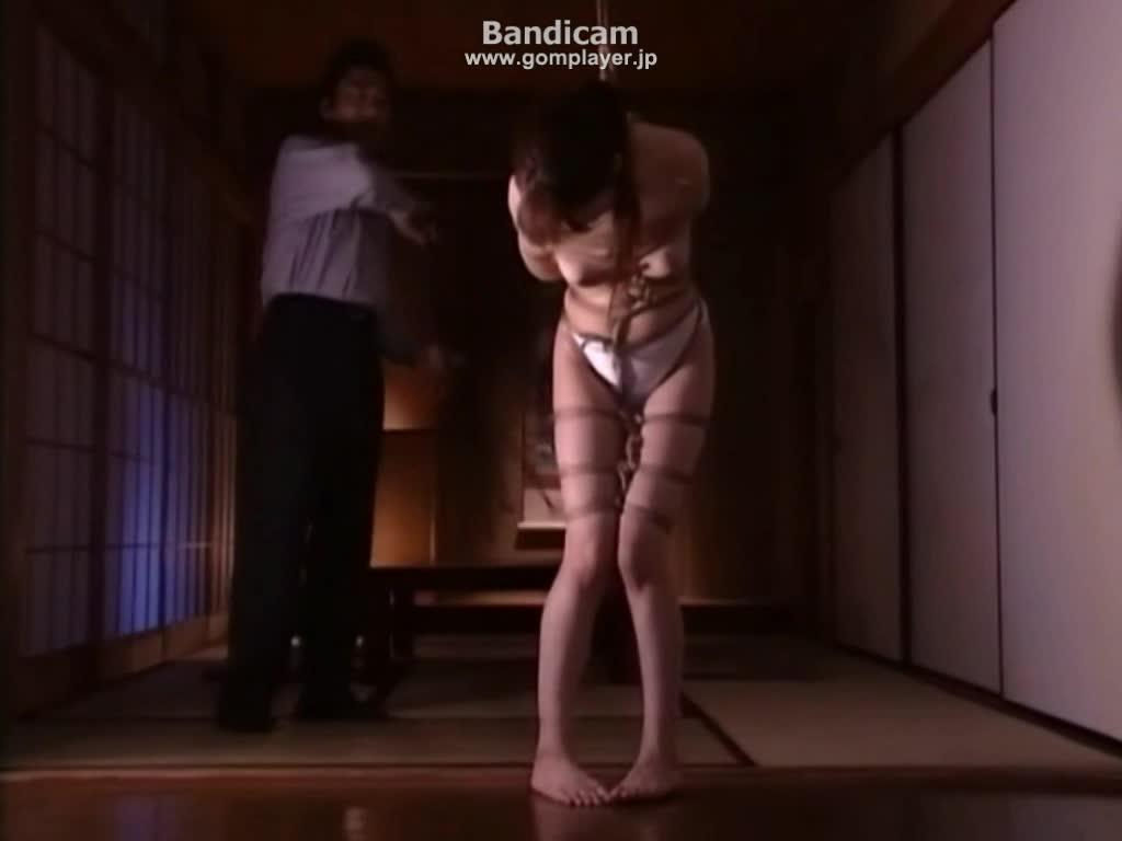 ボールギャグを噛まされ全身緊縛で吊るされるマゾ人妻。力強い鞭打ちに痛みをこらえうめき声を上げながら涎を垂れ流す。