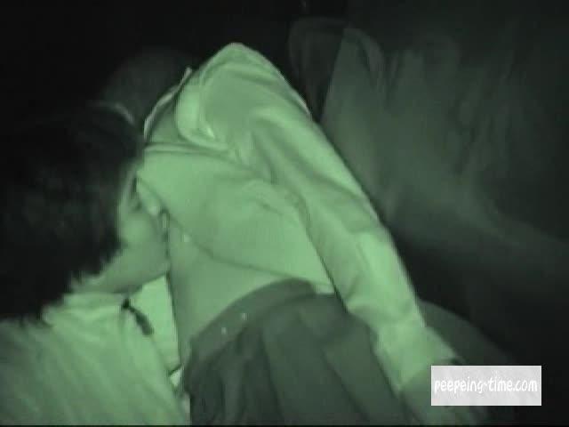 夜間に外で性交する彼氏彼女
